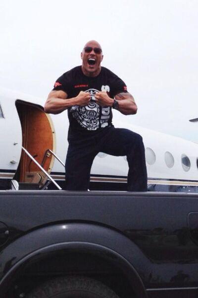 The Rock devant son jet